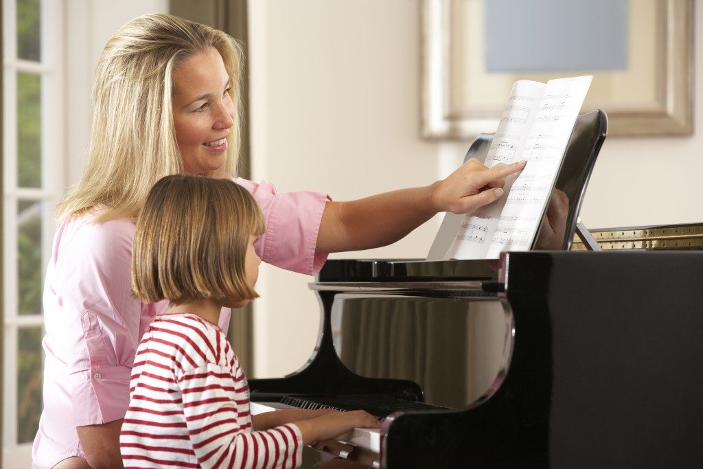 kid during piano lessons